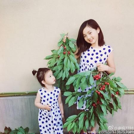 10歲時的多多(右)與妹妹黃少艾穿著一樣的洋裝,孫莉媽媽在微博曬出兩姊妹的合照。