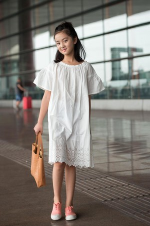 去年多多去巴黎替名牌童裝走秀,在機場拍照已流露明星架勢。