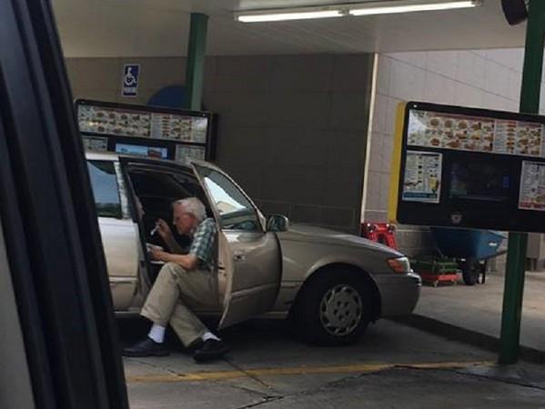 ▲▼真愛不會老!白髮爺盤坐車旁 餵老伴吃冰「每一口都幸福」。(圖/翻攝臉書/Brent Kelley)
