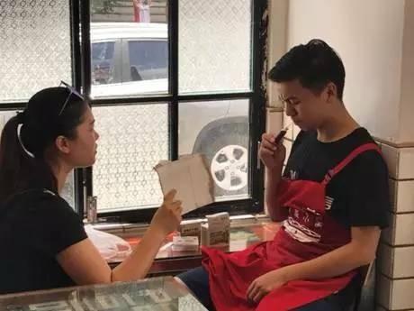 ▲▼重慶一家麵店趁天氣熱開賣太陽煎蛋,結果員工先中暑。(圖/翻攝自新浪新聞)