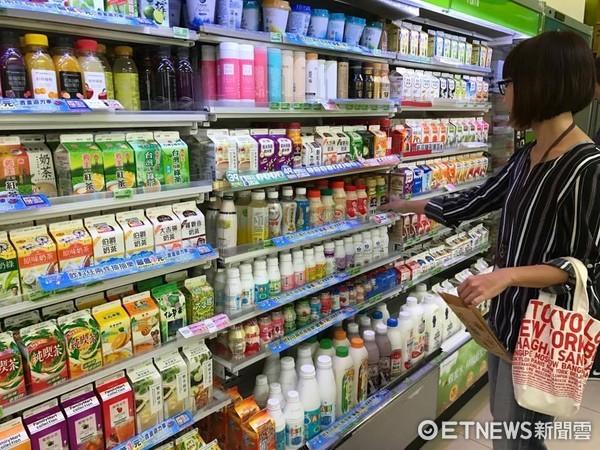 ▲▼超商買飲料。(圖/資料照)