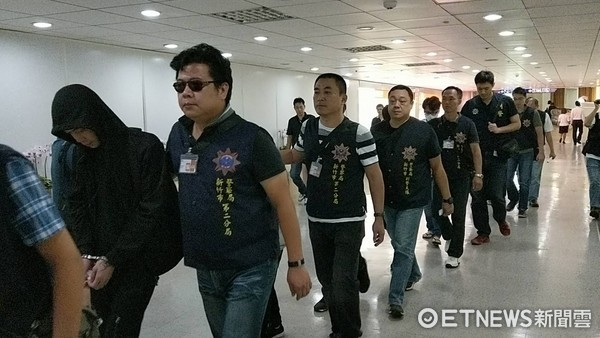 ▲▼18台籍詐團成員自泰國押解返台,移送刑事局進行偵訊。(圖/記者柳名耕攝、翻攝)