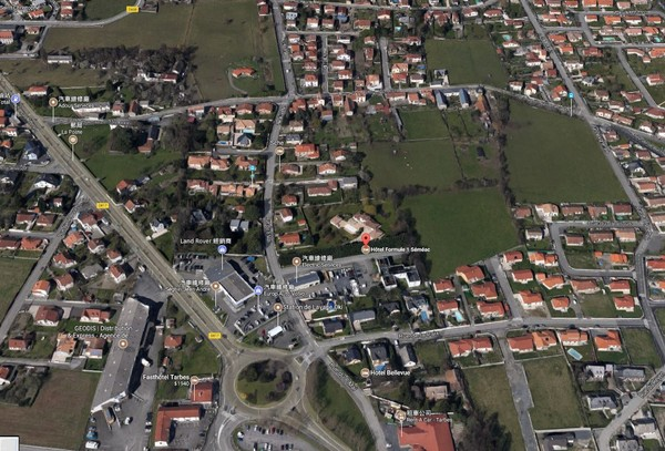 塞梅阿克市居民不滿政府收購旅館改為難民接收中心,進而在周圍築牆。(圖/取自google maps)