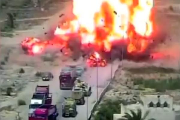 ▲埃及坦克輾爆汽車炸彈,救了50條人命。(圖/翻攝自IR Shia YouTube)