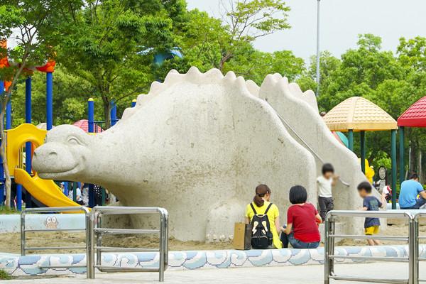 ▲親子,兒童,嬰兒,遊樂園,遊樂設施,娃娃車,家長小孩互動,餵奶,換尿布(圖/記者姜國輝攝)