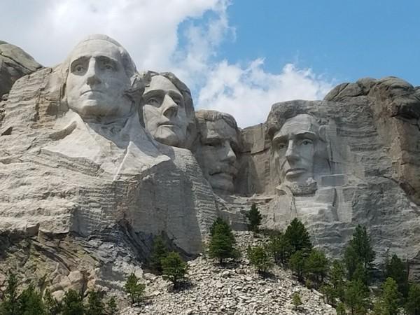 ▲▼網友惡搞美國總統,把川普P在拉什莫爾山(Mount Rushmore,美國總統雕像山)上面。(圖/翻攝自Twitter/Gail Gendler)