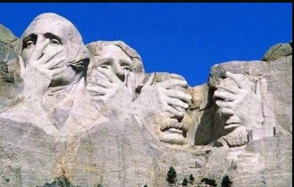 ▲▼網友惡搞美國總統,把川普P在拉什莫爾山(Mount Rushmore,美國總統雕像山)上面。(圖/翻攝自Twitter/Raging Bull NO TRUMP)