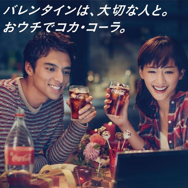 ▲綾瀨遙教你喝可樂(圖/翻攝自コカ・コーラ (Coca-Cola)Facebook)