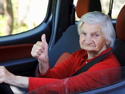 80歲嬤開保時捷超速238km!被警攔查求情:人家睡不著啦
