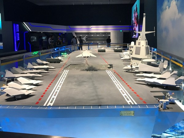 北京軍事博物館展出003型航母模型,甲板上停滿殲-20艦載機,同時也首次出現隱形作戰無人機和艦載預警機。(圖/翻攝自浩漢防務)