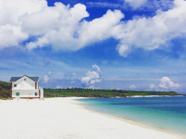澎湖海景,赤崁珊瑚貝殼沙灘。(圖/IG@peddy620_727提供,請勿任意翻攝以免侵權)