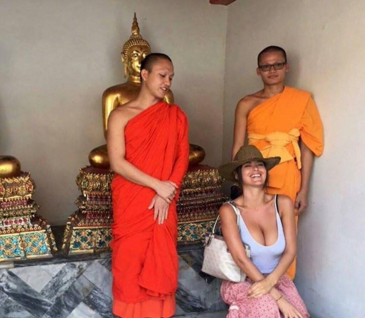 泰國和尚招待女觀光客,但拍完照後「秒毀10年修行」(圖/翻攝自網路)