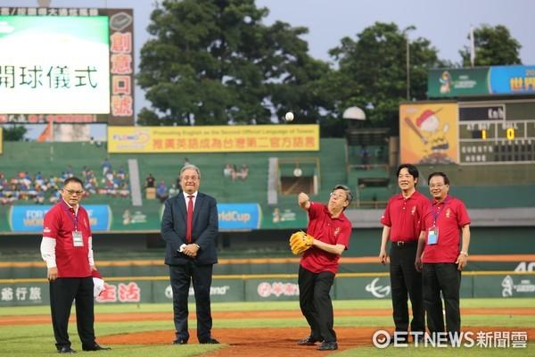 ▲賴清德市長等人陪同陳副總統進行開球儀式。(圖/市府提供)