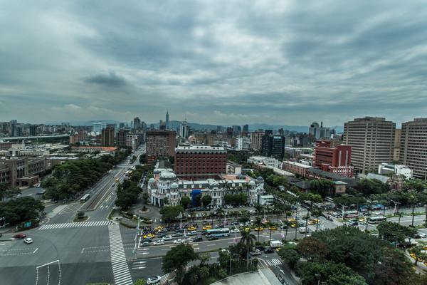 ▲烏雲,颱風,陰天,台北,建築,城市 。(圖/記者林世文攝)