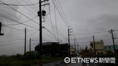 尼莎、海棠雙颱影響 台電人員風雨中搶修電力畫面曝光!