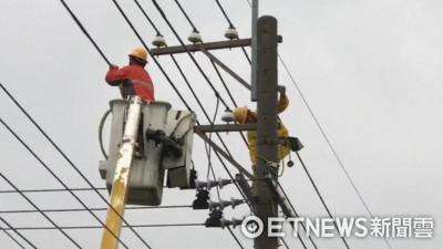 尼莎造成逾10萬戶停電!台電動員700人 風雨中全力搶修復電