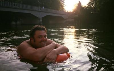 每天「游兩公里」上班!慕尼黑男得意:我比開車同事還早到