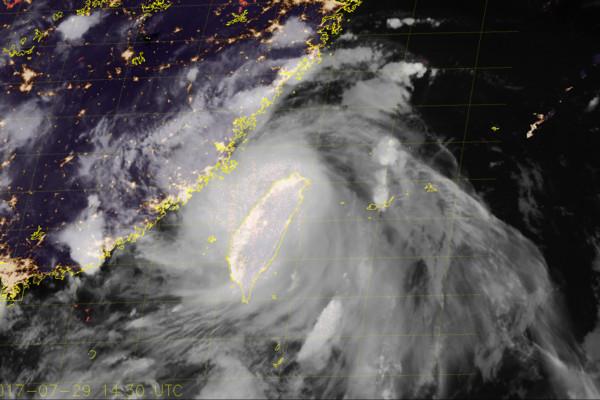 ▲▼只是開始!尼莎拖著海棠衝來 南台狂倒3天豪雨「加重水災」。(圖/翻攝NOAA)