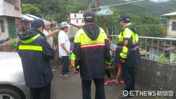 風雨中奔波的背影 新竹警勸離百人下山、夜晚清除倒塌路樹。(圖/記者謝侑霖翻攝)