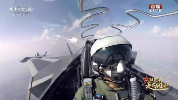 ▲殲-20出竅!建軍90周年接受閱兵 駕駛艙內照片首次曝光。(圖/翻攝央視)
