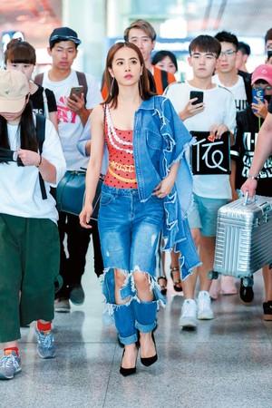 蔡依玲披著泰國品牌Pony Stone大星星的單寧外套。