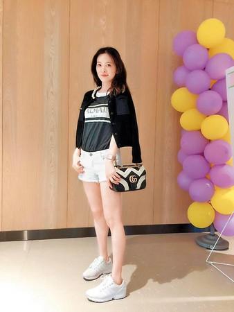 劉真即使只是穿上T-Shirt與牛仔短褲,仍優雅柔美。