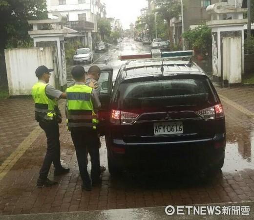 毒品通緝犯在尼莎颱風夜,遭台東關山派出所警員攔車查獲。(圖/台東縣警察局提供)