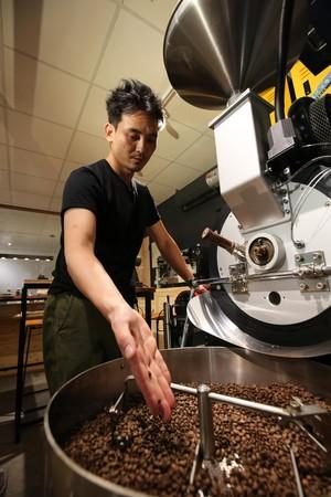 由於台灣生豆含水量高,伊藤在烘豆時一開始得慢火,脫水後立刻開大火,輕烘焙即可,茶味特別明顯。