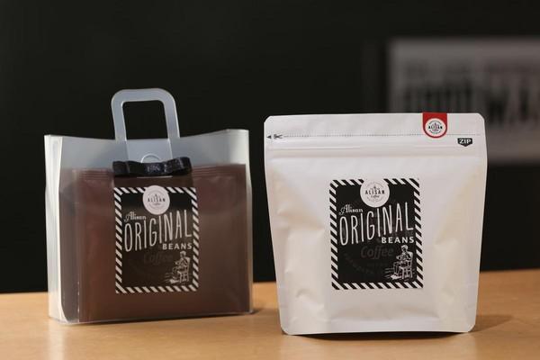 包裝設計好看的阿里山咖啡,已成為致贈國外友人的熱門伴手禮。(左:掛耳包450元/組,右:阿里山熱帶舞曲莊園豆750元/80g)