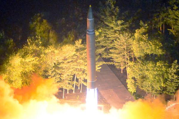 ▲北韓28日第二次成功試射「火星-14型」洲際彈道飛彈。(圖/路透社)