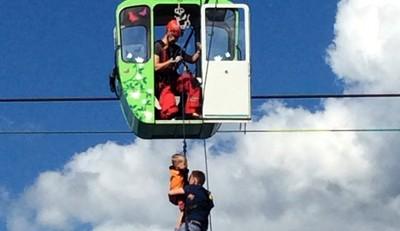 空中纜車碰撞 100人懸吊半空中