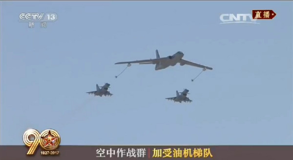 解放軍慶祝建軍90周年大閱兵,多達40%裝備為首次公開亮相。圖為與轟油-6構成加受油機梯隊的殲-10C。(圖/翻攝自央視)