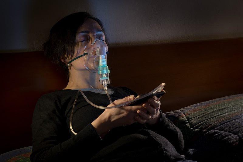 臉書如母體!「可悲現代人」攝影,諷刺「吸吮讚數」的生活(圖/翻攝自網路)