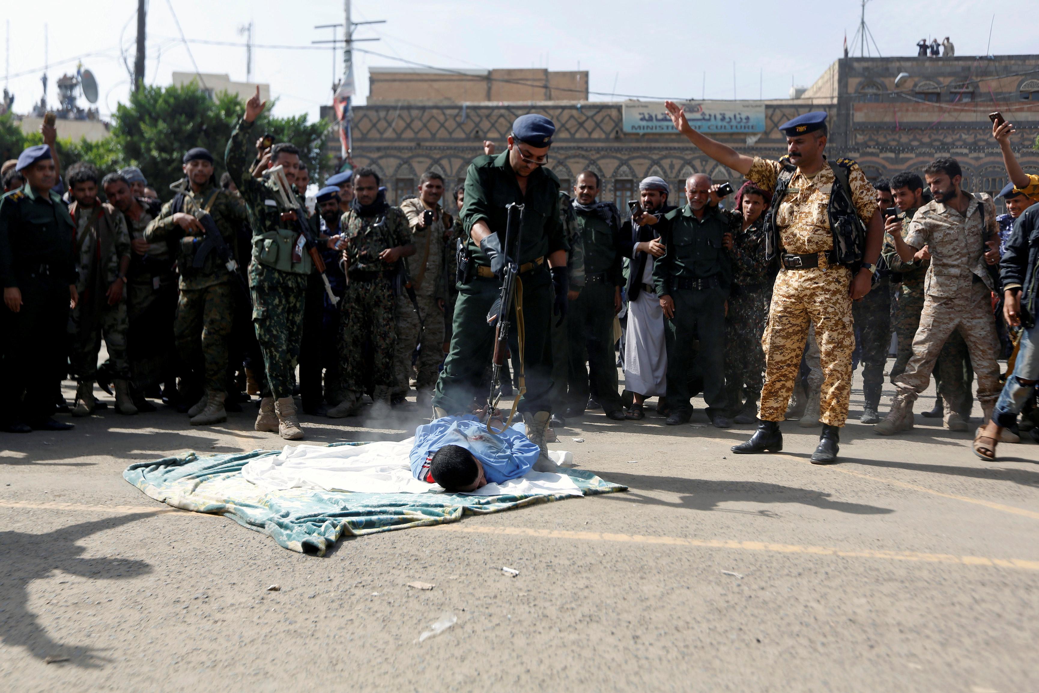 ▲▼葉門男子性侵殺害3歲女童,街頭當眾遭槍斃。(圖/路透社)