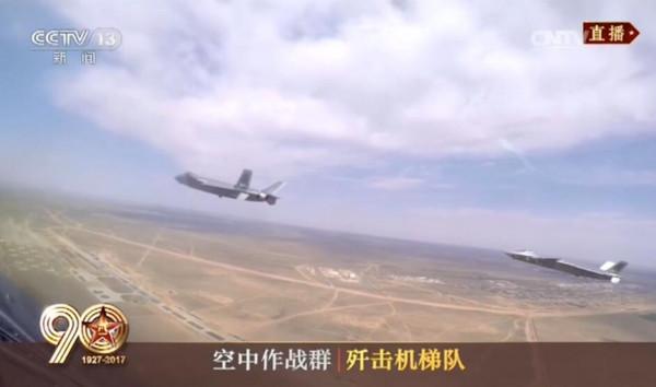 慶祝解放軍建軍90周年閱兵式,3架編隊飛行的殲-20都在機腹額外掛載龍勃透鏡。(圖/翻攝自央視)