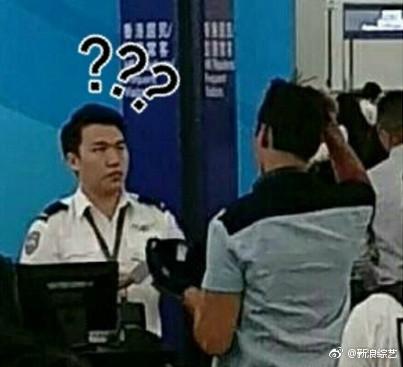▲安檢人員審核陳偉霆的護照和機票。(圖/翻攝自新浪綜藝微博)