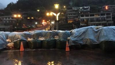 記者「最扯颱風連線」!目擊一群歐巴桑在暴漲溪水裡…泡溫泉