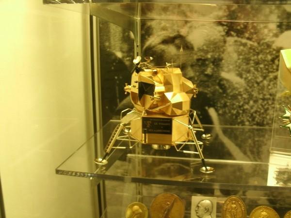 ▲▼「阿波羅11號」登月艙的純黃金模型被偷。(圖/翻攝自沃帕科內塔警局臉書)