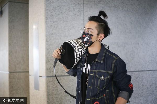 ▲汪東城綁沖天炮,拿包模樣像在扛瓦斯 。(圖/CFP)