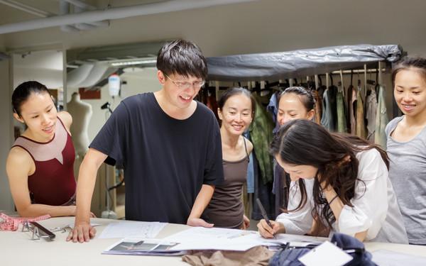 ▲設計師詹朴為雲門做舞衣。(圖/品牌提供)