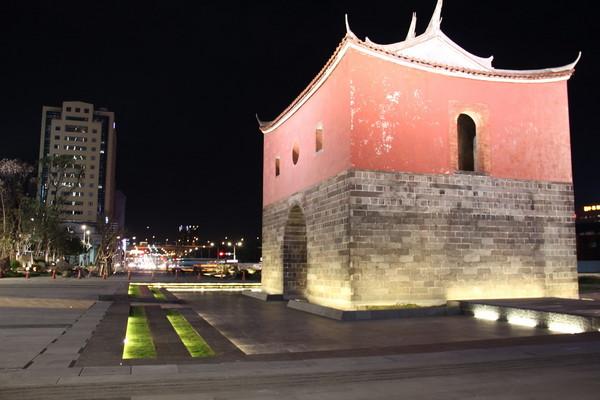 ▲夜間高燈投射閩式城門屋瓦、屋脊展現清雅樸實的美麗風貌。(圖/臺北市政府提供)