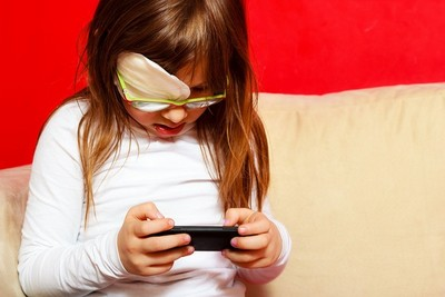 3歲童哭鬧就看動畫片!狂盯手機視力剩0.2