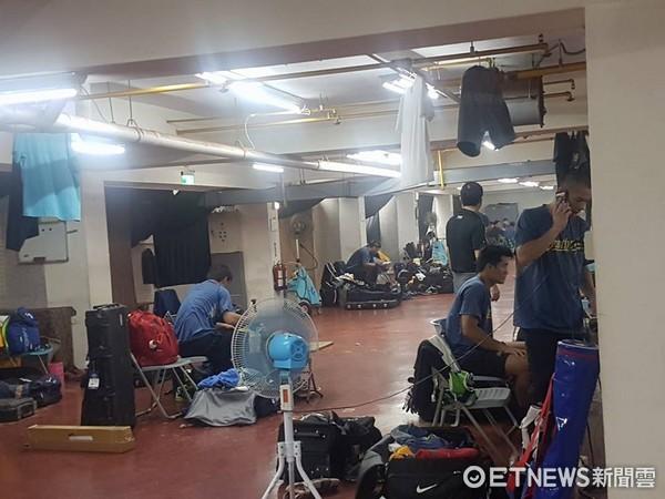 ▲嘉義市棒球場球員休息室。(圖/記者歐建智攝)