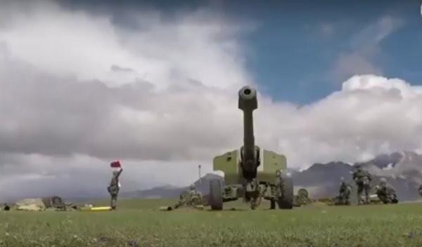 ▲▼ 中印在西藏邊界對峙,解放軍西藏軍區在高原演訓場進行多彈種精確打擊實彈演練,參與的的包括遠火、火箭炮與加榴炮等炮兵分隊。(圖/翻攝自央視)