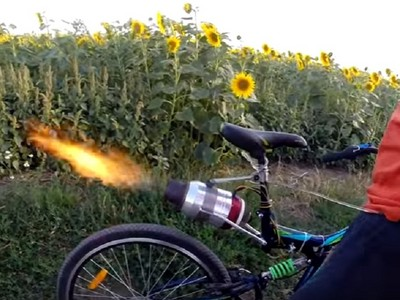 「噴射腳踏車」邊跑邊噴火 時速72公里海放眾屁孩
