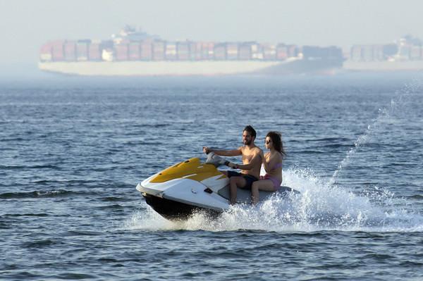 ▲▼一對男女在紅海北端的蘇伊士灣騎乘水上摩托車。(圖/達志影像/美聯社)