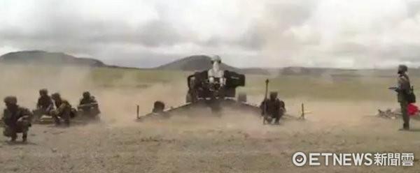 ▲▼中印在西藏邊界對峙,解放軍車輛大批翻山越嶺進入西藏高原,並且展開遠火、火箭炮與加榴炮等打擊演訓。(圖/翻攝自中國軍網)