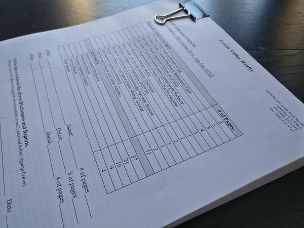 ▲▼厚達數十頁的公開揭示資料必須仔細填寫跟閱讀,避免後續交易糾紛。(圖/簡明葳提供)