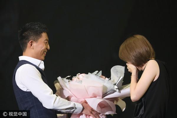 ▲▼張杰在演唱會上驚喜安排橋段,讓助理男友完成求婚。(圖/CFP)