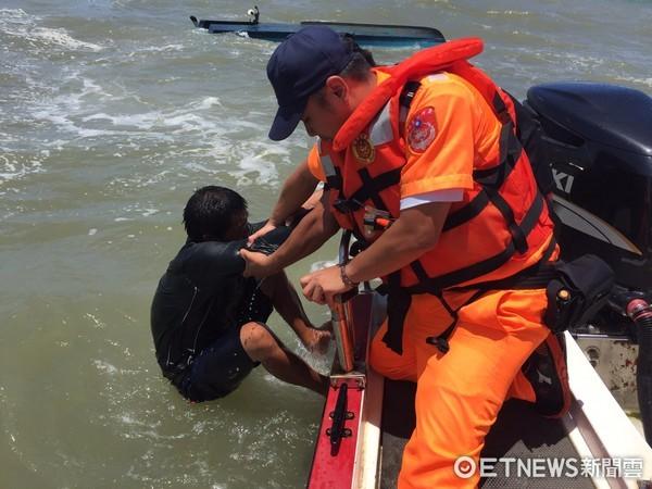 ▲南巡防局第11岸巡總隊,會同友船漁民前往,將薛姓漁民救援回安檢所。(圖/記者林悅翻攝)